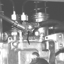 Purge air from the circuit through the drain screw by operating feeding pump lever. Die im Kreislauf genaltene Luft durch die Spülschraube beseitigen, indem man den hebel der Einspritzpumpe betätigt.