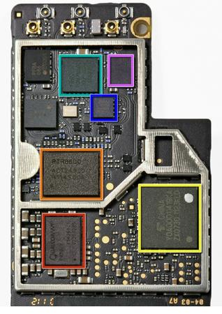 Qualcomm PM8028 Power Management IC. Qualcomm RTR8600 multi-band/mode transceptor RF para 3G y bandas 4G LTE. Toshiba Y0A0000 memoria MCP.