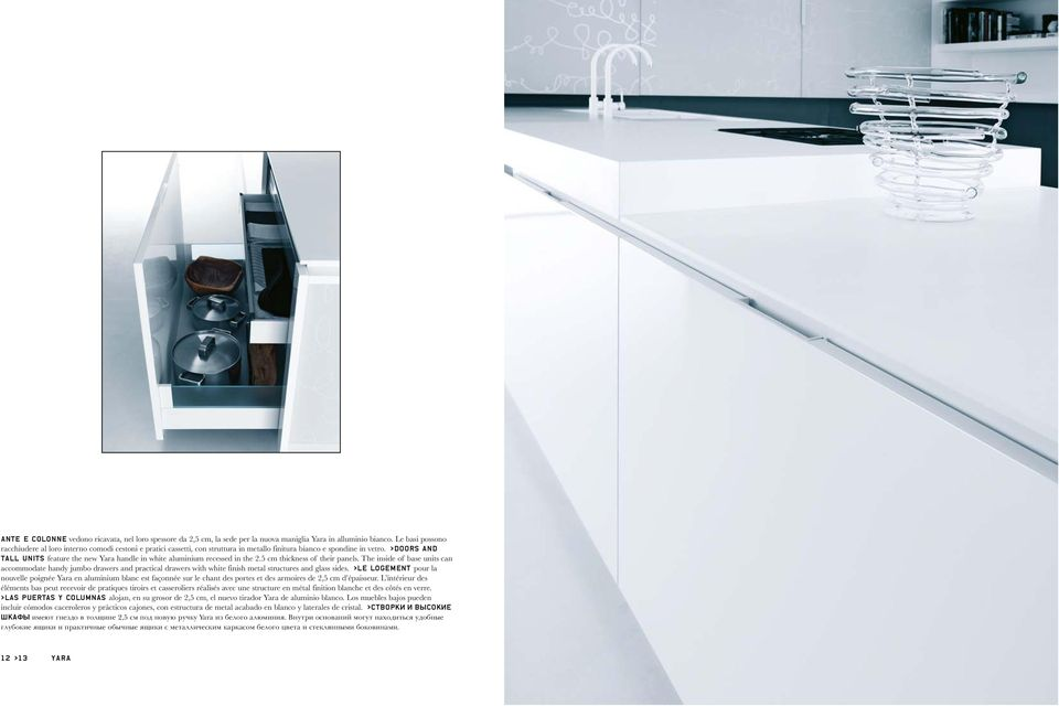 >Doors and tall units feature the new Yara handle in white aluminium recessed in the 2.5 cm thickness of their panels.